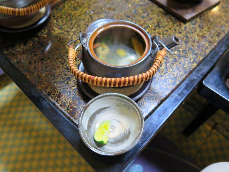 北海道自由行-北海道旅遊-北海道旅遊景點-以茶壺盛著的湯配上青檸皮,非常開胃