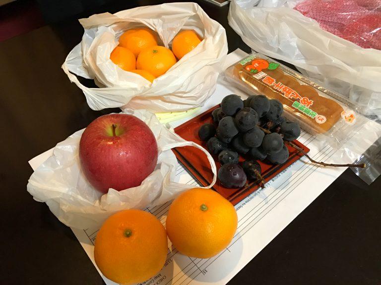北海道自由行-北海道旅遊-北海道旅遊景點-街上竟有還未關店的水果店,我們立即入購數款飯後果
