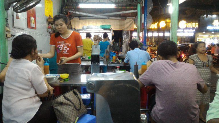 越南自由行-門前有個大煲的店一般比較好吃,因為大煲裡是用雞或牛骨熬出來的湯,沒大煲的店很有可能使用雞粉或調味粉湯