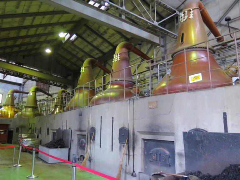 北海道自由行-北海道旅遊-北海道旅遊景點-用傳統葫蘆形的罐蒸餾器,以煤炭燃燒,此為「煤炭直火蒸餾」