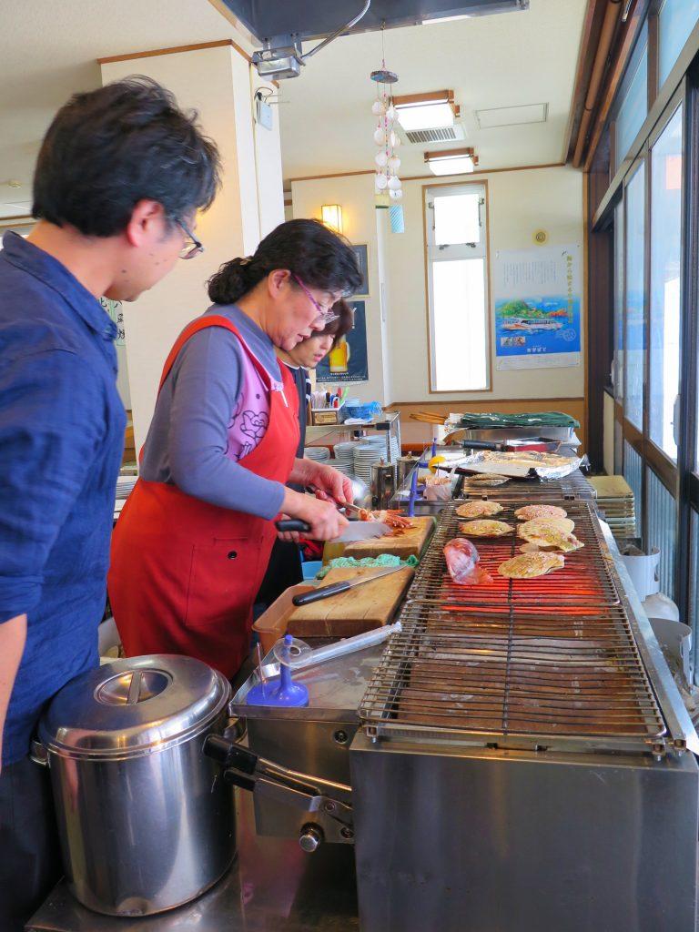 北海道自由行-北海道旅遊-北海道旅遊景點-一進內就感到一股暖流,店員就在近門的位置燒海鮮