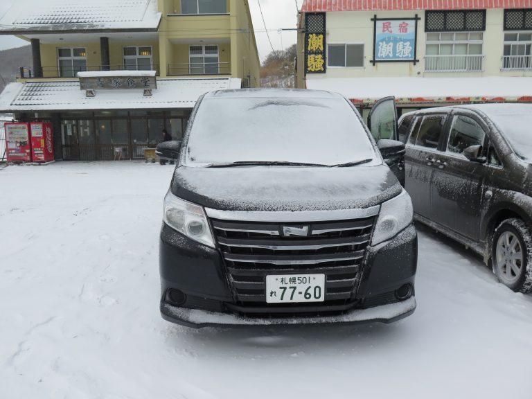 北海道自由行-北海道旅遊-北海道旅遊景點-車的大螢幕的舖滿雪了