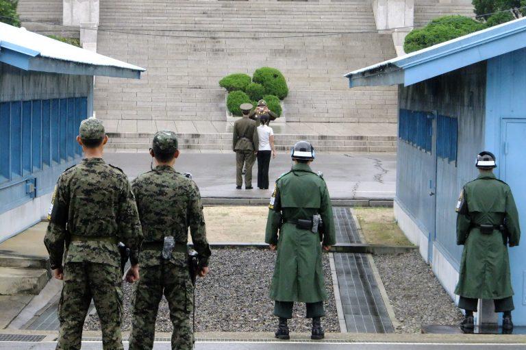 韓國自由行-韓國旅遊-韓國機票-留意右邊的南韓軍人,用藍色小屋遮擋著一半身軀,是為了突然開戰時迅速躲起來