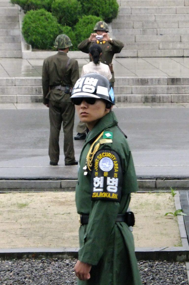 韓國自由行-韓國旅遊-韓國機票-阿兵哥戴墨鏡是為了避免眼神造成的衝突