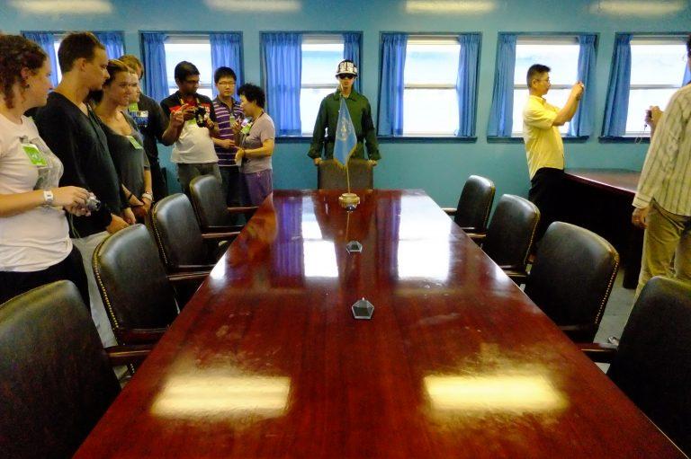 韓國自由行-韓國旅遊-韓國機票-會議室的桌子,左半是南韓,右半是北韓