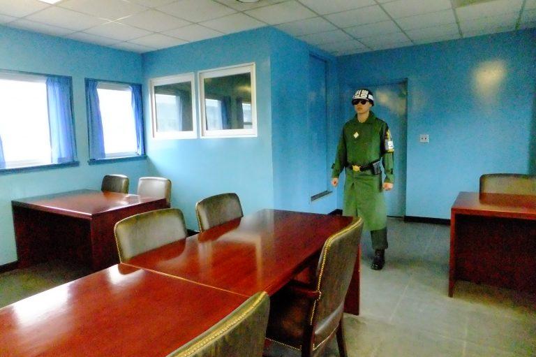 韓國自由行-韓國旅遊-韓國機票-參觀時不能逾過守門的軍人