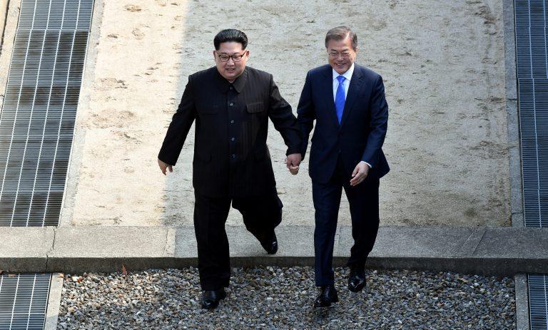 韓國自由行-韓國旅遊-韓國機票-金正恩和文在寅手牽手跨越的這條石壆,就是軍事分界線-板門店