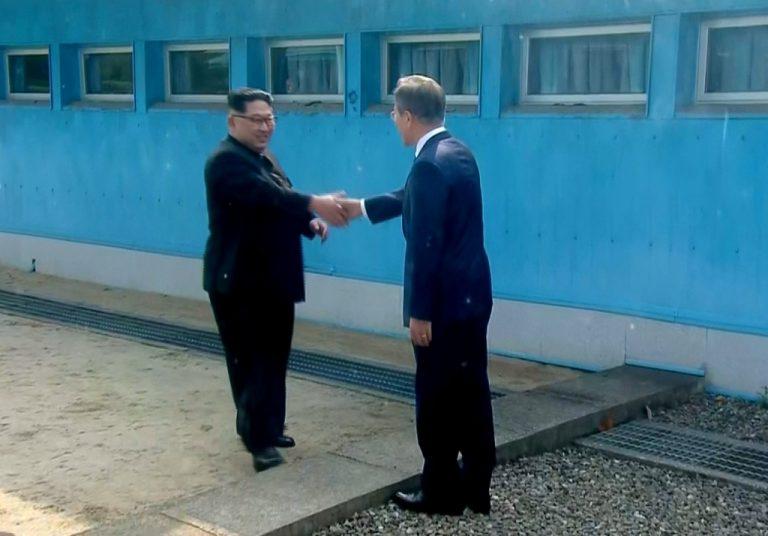 韓國自由行-韓國旅遊-韓國機票-金正恩與文在寅於板門店會面,歷史性握手