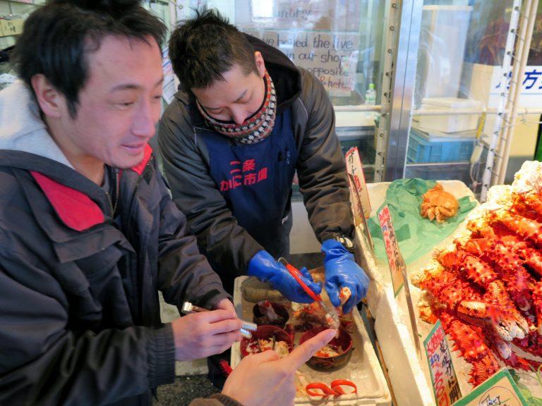北海道自由行-北海道旅遊-北海道旅遊景點-其中一間名為「二条かに市場」店的員工特別殷勤親切,向我們推介皇帝蟹-花咲蟹