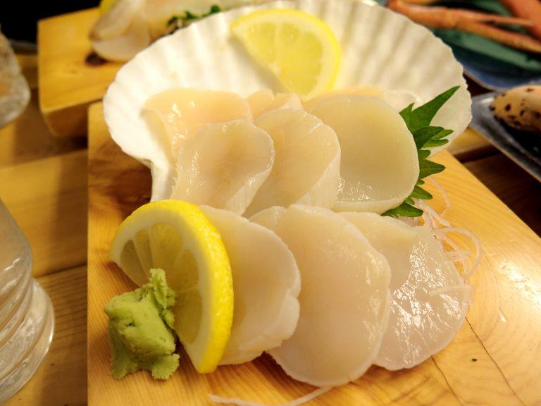 北海道自由行-北海道旅遊-北海道旅遊景點-帆立貝刺身,特大尺碼,一粒還可厚切三片,入口即溶