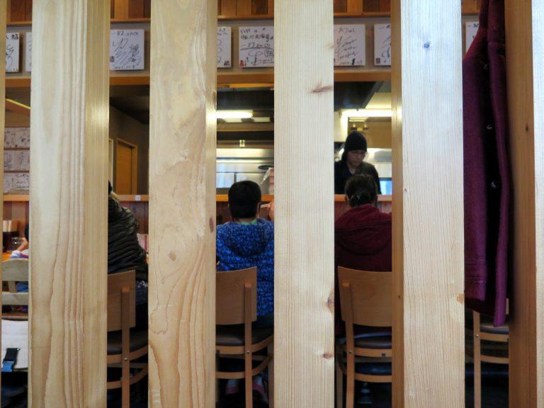 北海道自由行-北海道旅遊-北海道旅遊景點-等了片刻,到店內坐下繼續排隊市場
