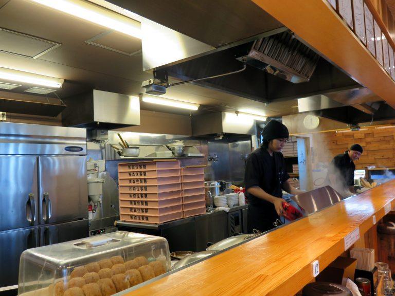北海道自由行-北海道旅遊-北海道旅遊景點-一幻拉麵店內的廚部