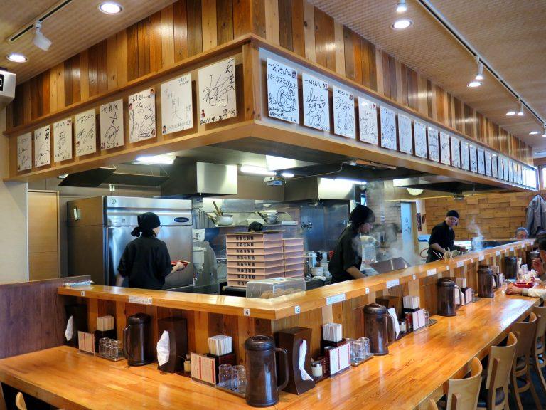 北海道自由行-北海道旅遊-北海道旅遊景點-我們就坐在拉麵師傅前享用拉麵