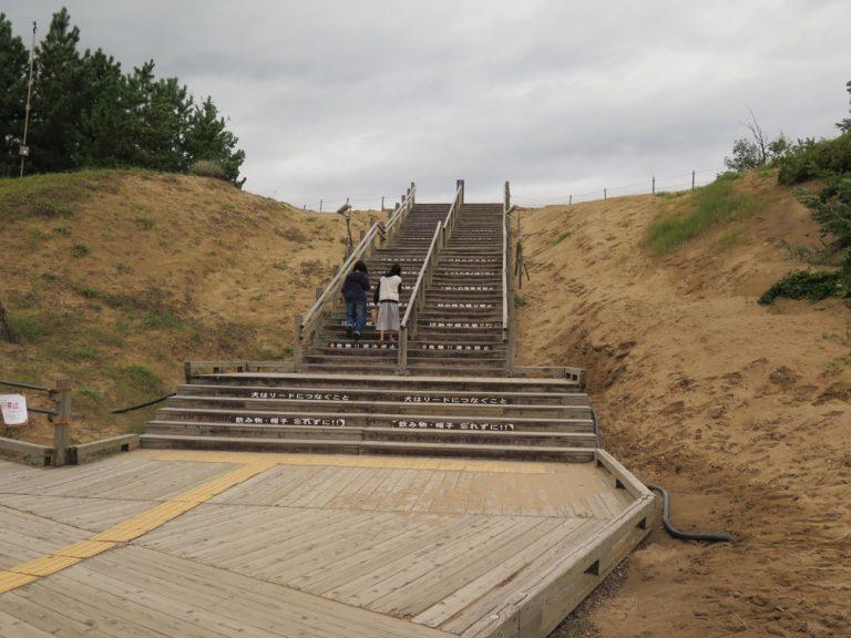 鳥取自由行-到達時仍未開始下雨,我們便與時間競賽,快快登上樓梯,走進砂丘