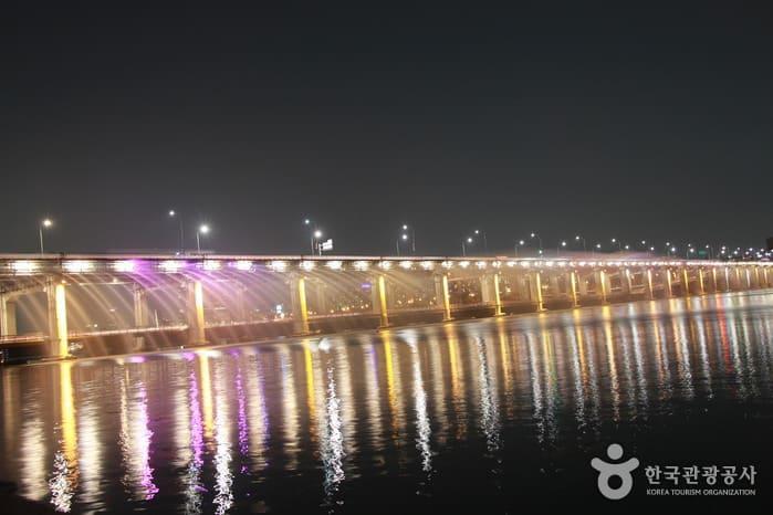 首爾自由行-首爾景點-韓國自由行-韓國旅遊-盤浦月光彩虹噴泉(相片來源:韓國觀光公社)