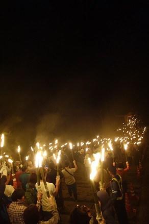 鳥取自由行-祭典中信眾舉著2000把火炬沿著參道前進,何其壯觀