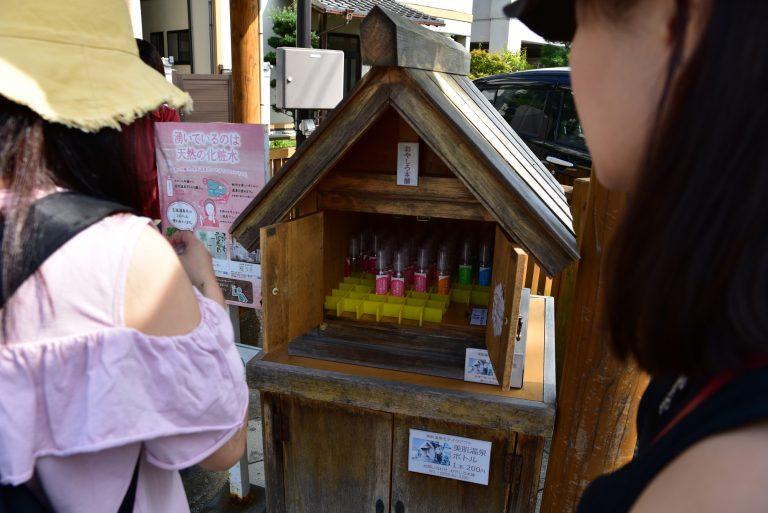 鳥取自由行-只需在木箱投進¥200,就可自己拿走一個瓶子把溫泉水裝到瓶子中