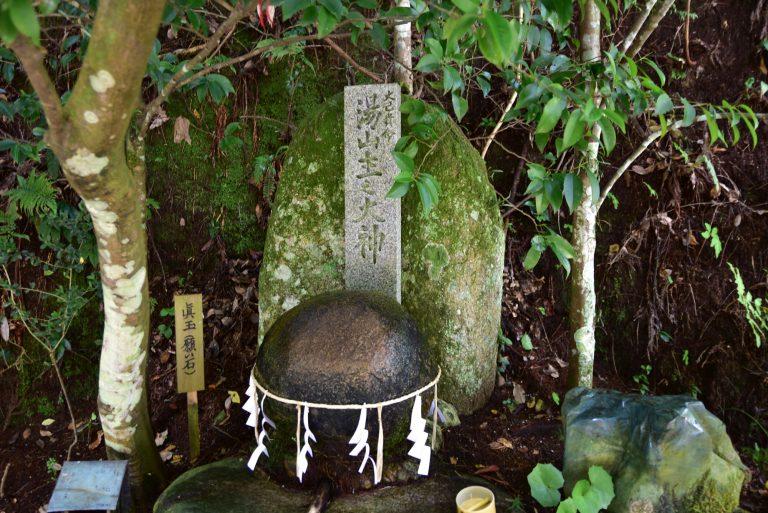鳥取自由行-真玉靈氣迫人,此時把自己的願望石,貼在真玉上,誠心祈求,讓願望石獲得真玉的能量