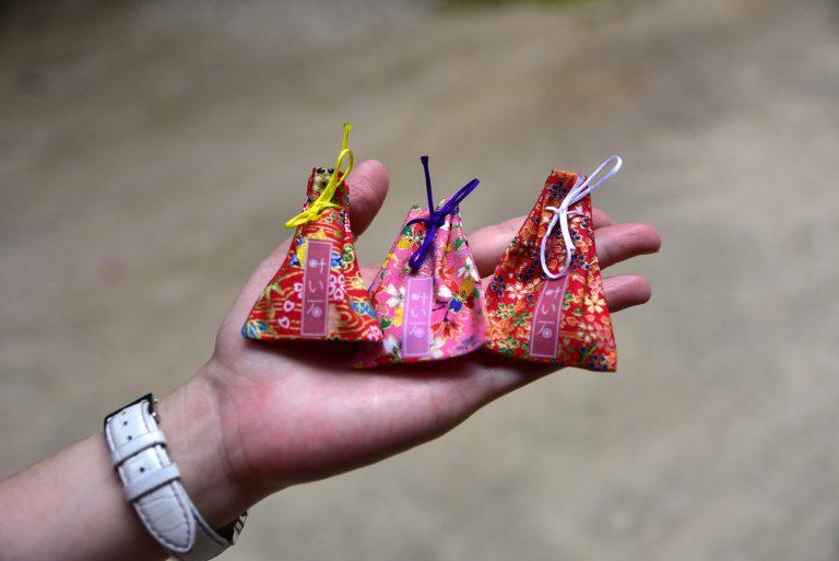 鳥取自由行-將寫了願望的紙籤正本投進神社的木箱中,副本與已獲得真玉能量的願望石收入小福袋中,就完成了親自製作的護身符