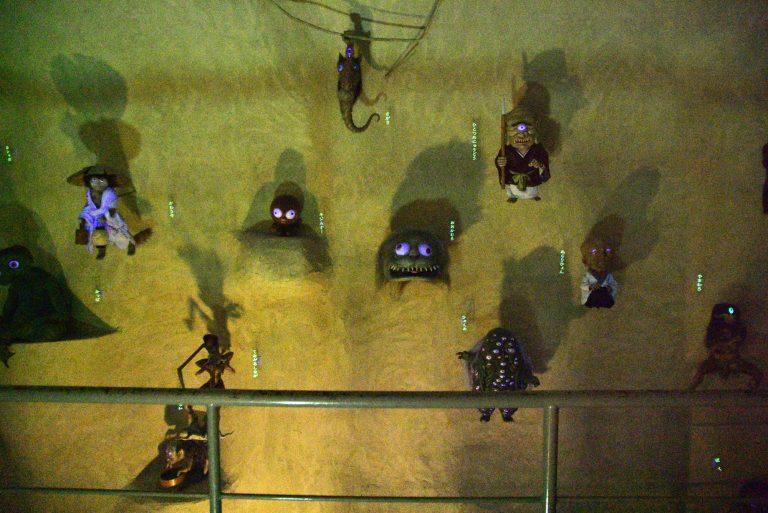 鳥取自由行-展館最後的「妖怪洞窟」,牆壁上掛滿無數小妖怪