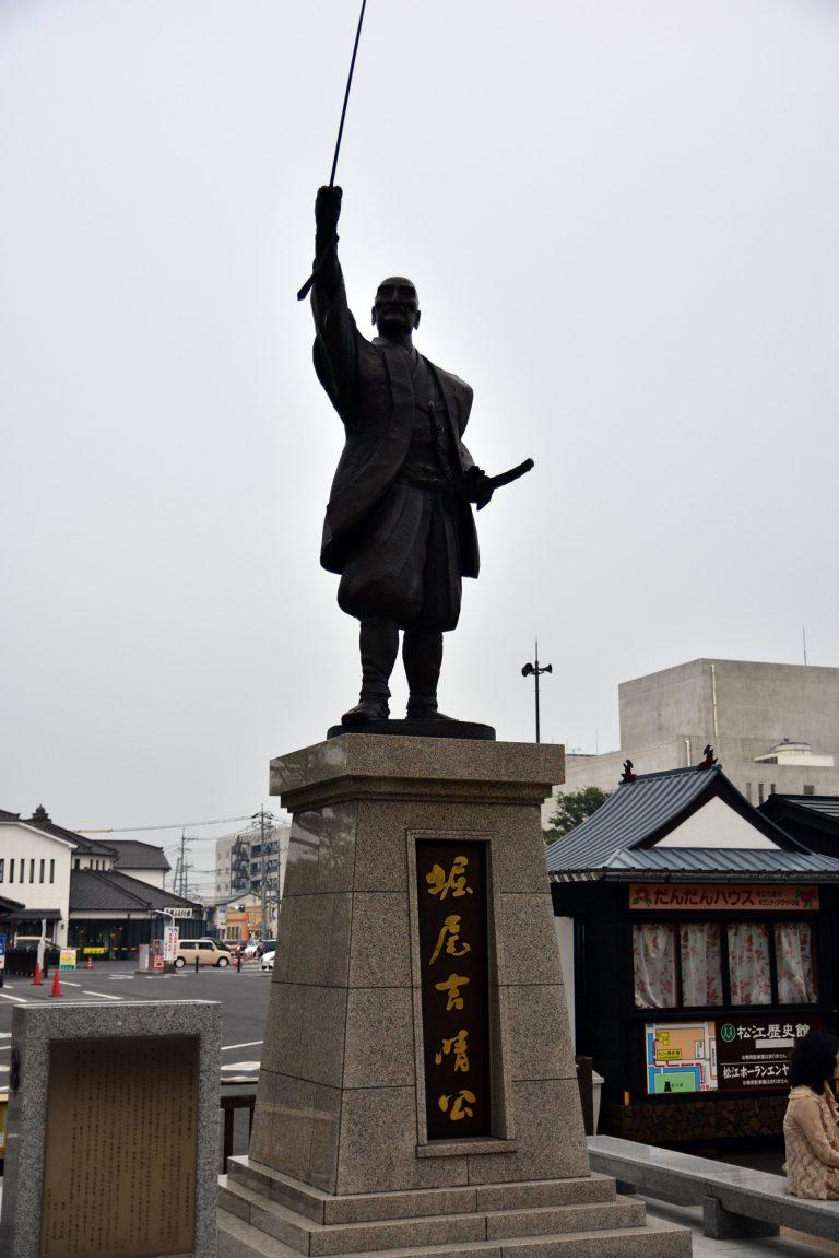 松江城-駐車場旁設有出雲國松江藩的初代藩主 - 堀尾吉晴,他劍指的方向就是松江城