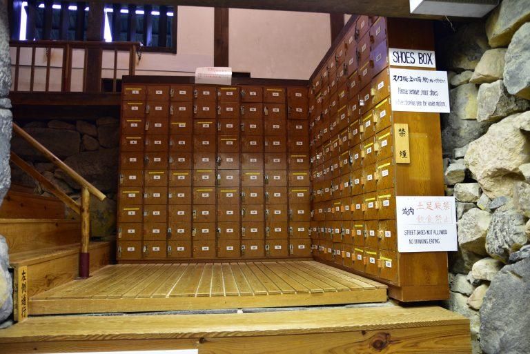 松江城-天守全木建造,為免破壞珍貴的建築,遊客進內時需要除鞋放進locker內
