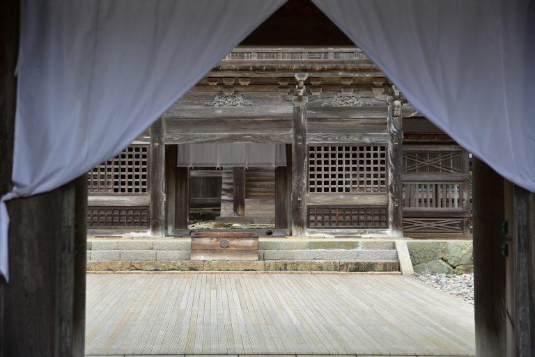 出雲大社-這裡不能進內,只可探頭窺看一下這被譽為最接近神的神社