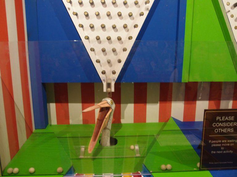 墨爾本景點-墨爾本自由行-melbournetour-以小遊戲嬴取圖中的圓型小木球