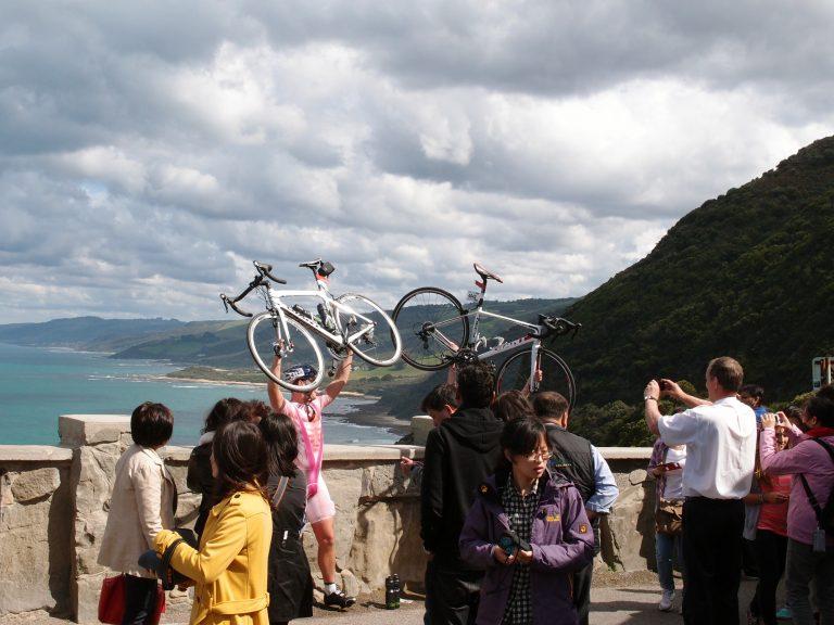 Melbournelocaltour-Melbourne天氣-澳洲旅遊推薦-在大洋路上踩單車的情侶,令人敬佩 (不幸成了景點之一)