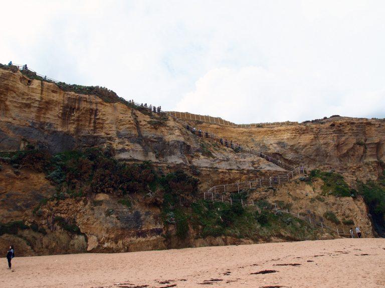 Melbournelocaltour-Melbourne天氣-澳洲旅遊推薦-在沙灘上回頭望望剛剛走過的階梯,不見盡頭的石壁