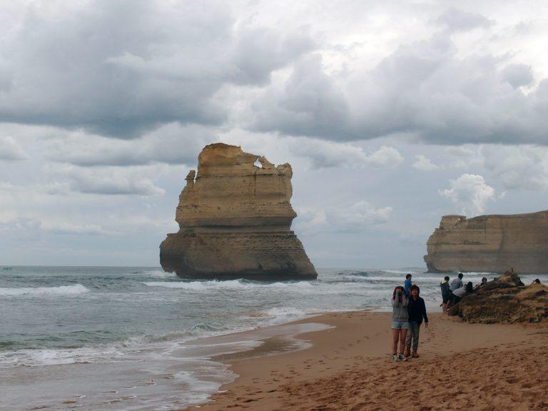 Melbournelocaltour-Melbourne天氣-澳洲旅遊推薦-這裡距離十二門徒石只有2分鐘車程,在沙灘上可以近距離與其中一個門徒合照
