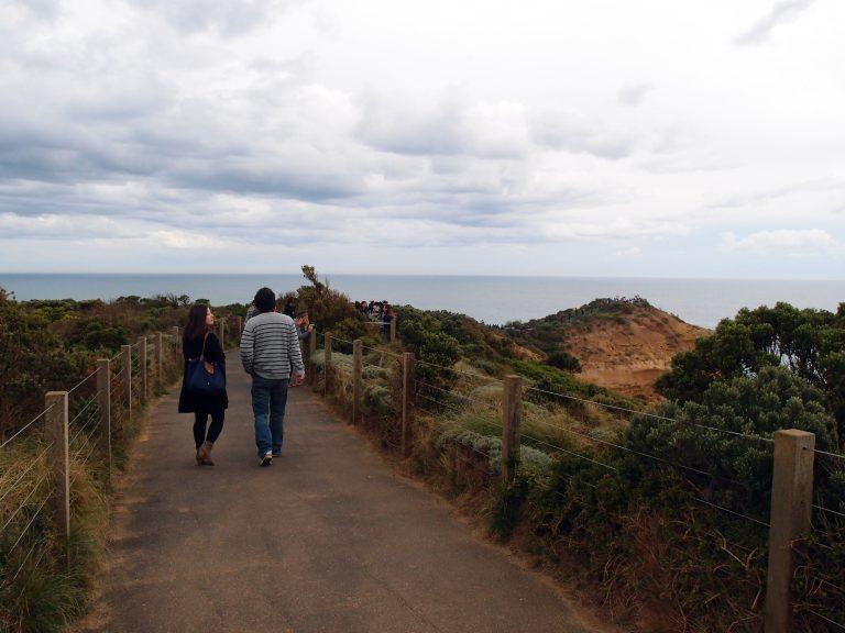 Melbournelocaltour-Melbourne天氣-澳洲旅遊推薦-國家公園內設不同的路徑讓遊人多方位欣賞十二門徒石