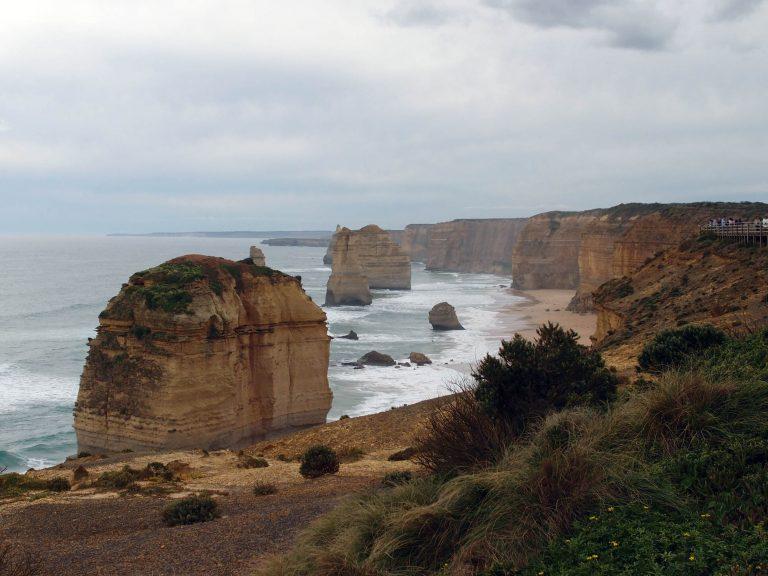Melbournelocaltour-Melbourne天氣-澳洲旅遊推薦-二千萬年以來,無情的大海與海風不停拍擊與侵蝕著大洋路美麗的海岸線