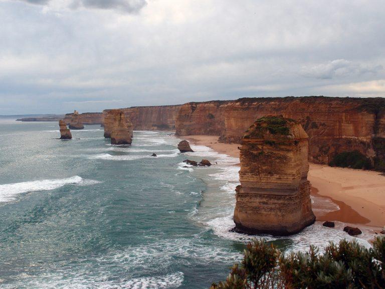 Melbournelocaltour-Melbourne天氣-澳洲旅遊推薦-充滿歲月痕跡,滿有氣勢地豎立在大海中的巨岩柱