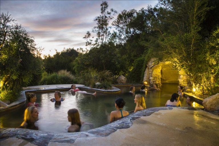 墨爾本自助-這裡更像一個溫泉樂園,逾30個大小浴池,包括洞穴池(網上圖片)
